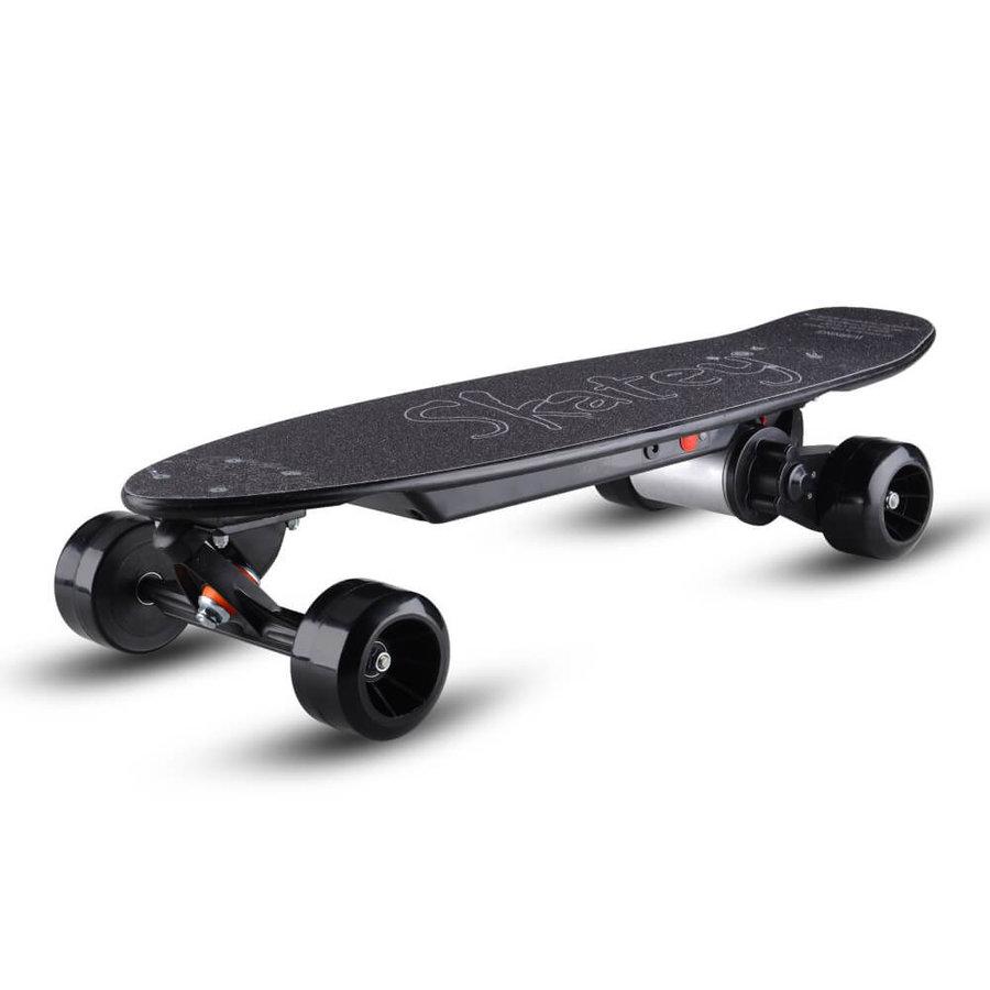 Černý elektro skateboard Skatey